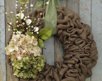 Schöne Sonnenblumen Kranz um Ihre Tür für den Herbst zu schmücken. Natürliche Farbe Sackleinen ist auf ein Drahtgitter zu einem 18 oder 22 Kranz geschlungen. Hinzu kommt eine extra große 9 Elfenbein und braun Sonnenblume. Die schöne Sonnenblume ist mit Elfenbein akzentuiert und braune Beeren ergibt sich mit kleinen Tannenzapfen, grün, und curly Willow Zweige. Hängt von einem braunen Sackleinen Bandbogen, einen wunderschönen hellen Erdfarben Kranz zu machen.  Dieser Kranz ist in beiden 18…