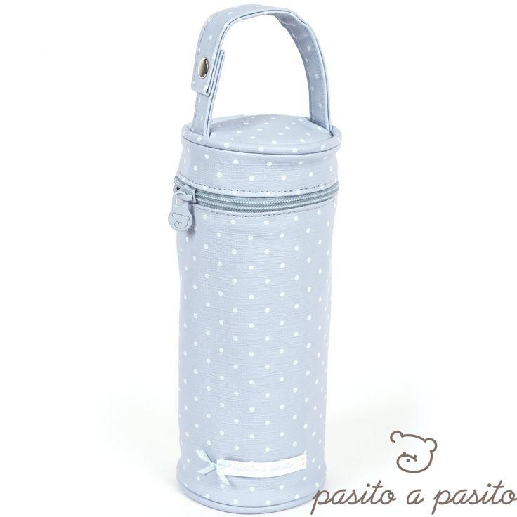 Cette housse de biberon Atelier de la marque Pasito a pasito facilite le transport du biberon tout en conservant la boisson chaude ou fraîche de bébé à la température initiale du liquide.