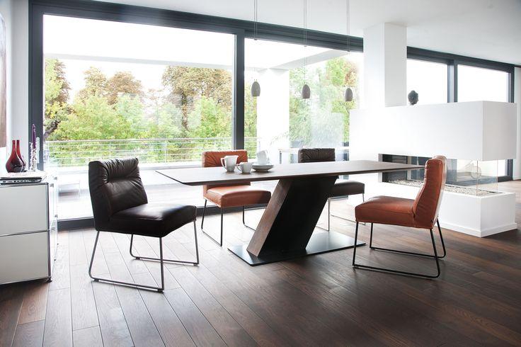 so bequem wie ein sessel und dabei so zierlich wie ein stuhl wer auf d light am esstisch sitzt. Black Bedroom Furniture Sets. Home Design Ideas