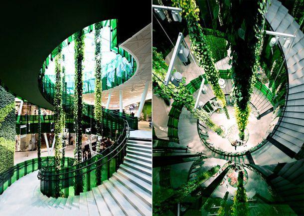 緑地はEmporiaの内部にも広がっている。ジャングルのツルや花、青々とした葉からなる長大な円柱をつり下げる革新的な吊り庭システム「プラントワイヤー」という形でだ。