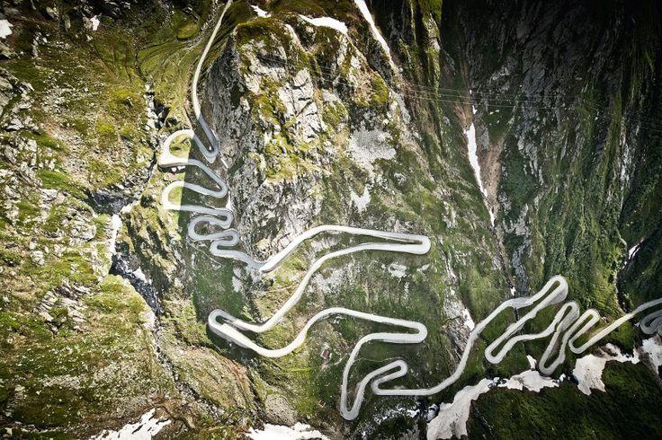 einmal mit dem Rennrad hier hoch! In den Berg gepflastert: Die Tremola-Straße gehört zum Gotthard-Pass, das...