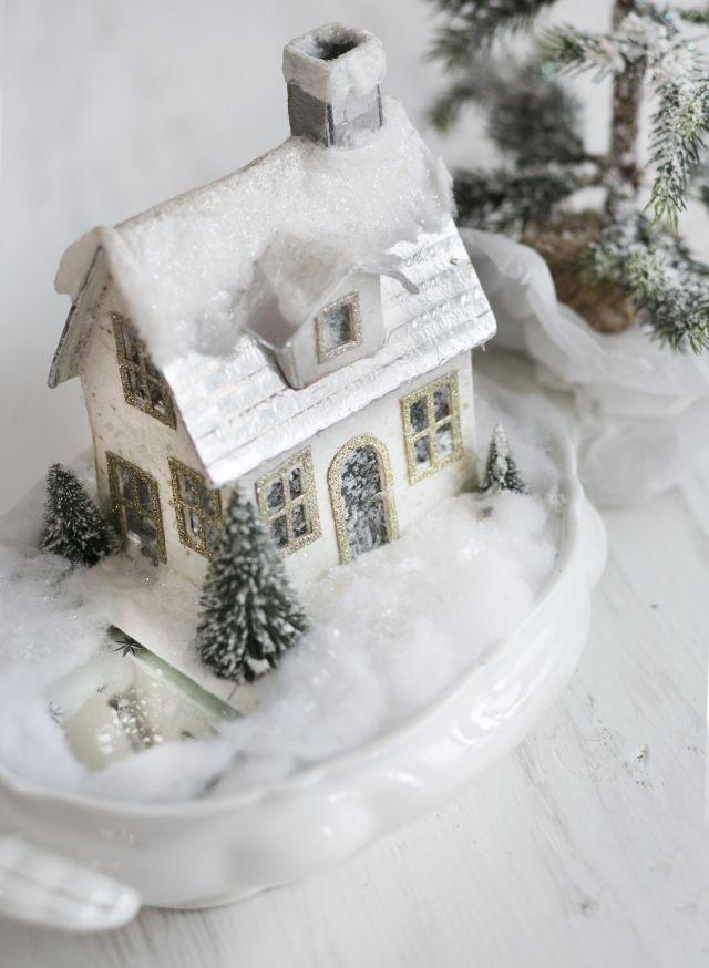 Tarjottimelle askarreltu joulutalo on hurmaava talvikoriste. Craft wonderful christmas cottage onto a tray. | Unelmien Talo&Koti Kuva: Satu Nyström Toimittaja: Hanna Sandström
