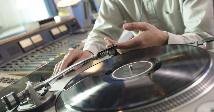 Salario inicial de un locutor de radio en EE.UU.. El locutor de radio es mejor conocido como disc jockey o DJ. Trabaja en estaciones de radio para hacer promociones entre las canciones, dar anuncios de servicio público, leer las noticias y en algunos casos radio hablada y transmisión de opiniones. Éste es responsable, en algunos mercados, de tomar lecturas de medidores, apagar y encender luces de ...