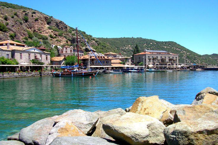 Assos – Çanakkale  Metropollerden-Kacmak-Icin-11-Cennet-Adres-8    Sessiz sakin bünyesi, antik tarihi ve eşsiz doğasıyla harika vakit geçirebileceğiniz, huzur bulacağınız alanlardan birisidir. Tarih boyunca Yunan, Makedon, Perslere ev sahipliği yapmıştır. Mavi berrak denizi, gece üzerine düşen yakamozu seyre dalabileceğiniz harika bir yer.