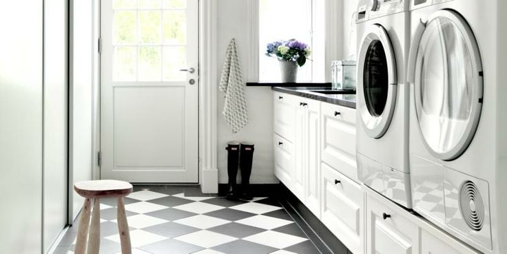 vaskerom, liker gulvet og at maskinene er løftet opp fra gulvet, for å gi plass til mer oppbevaring/skuffer