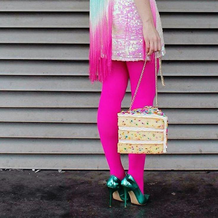 """Makaron, pączek, kawałek tortu, pizza, sałatka – zaskoczymy Was. To nie menu baru szybkiej obsługi, a torebki! Rommy Kupertus, holenderska artystka projektująca w myśl 3 """"F"""" – fashion, food, fun (moda, jedzenia, zabawa), przenosi z kuchni na ulice swoje ulubione potrawy. http://exumag.com/dodaj-smaku-swojej-garderobie/"""