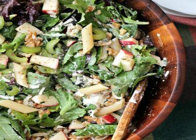 Βράζουμε τα ζυμαρικά σε αλατισμένο νερό σύμφωνα με τις οδηγίες της συσκευασίας τους. Στραγγίζουμε και αφήνουμε στην άκρη. Σε ένα μπόλ ανακατεύουμε τα μήλα, το σέλερι, το χυμό του λεμονιού και αφήνουμε στην άκρη. Βάζουμε το μαρούλι σε ενα μεγάλο μπόλ σερβιρίσματος, προσθέτουμε τα ζυμαρικά και το μίγμ