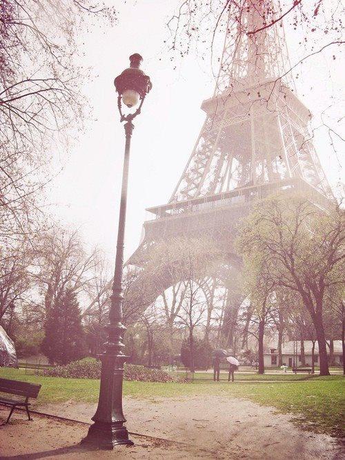 Sous le ciel de Paris la tour Eiffel