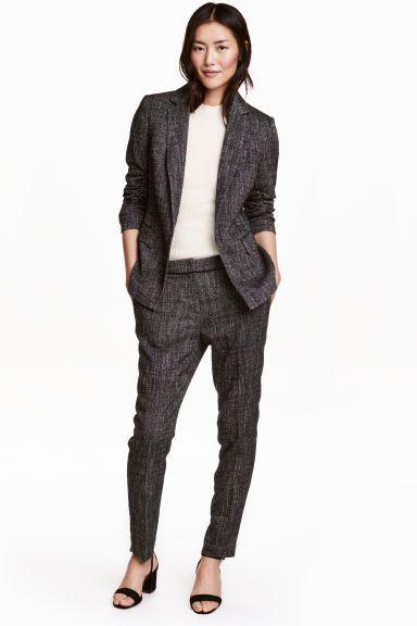Pantalon de tailleur: Pantalon de tailleur en tissu. Taille de hauteur classique et jambes fines. Modèle avec plis marqués. Poches latérales et fausses poches dans le dos. Fermeture par agrafe.