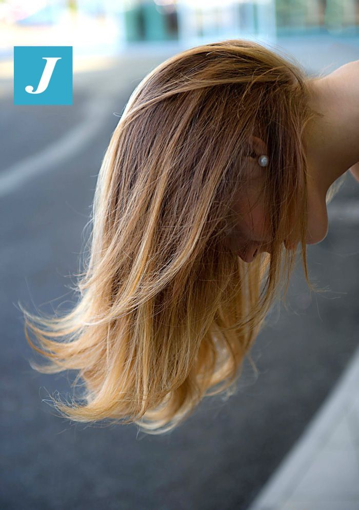 Il taglio Punte Aria è una tecnica di taglio ideata da Claudio Mengoni. Colorando i capelli con il Degradé Joelle e creando delle irripetibili sfumature sui capelli, sarebbe impensabile tagliare i capelli con le comuni tecniche di taglio. Il Taglio Punte Aria ci consente di rispettare la texture deli capelli e le gradazioni che abbiamo creato, oltre ad essere la risposta alle esigenze di molte donne: conservare i capelli lunghi, mantenere le punte sane e piene, il tutto bilanciando il…