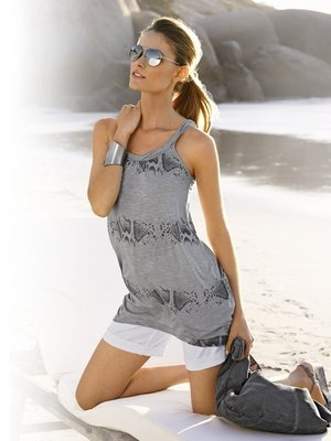 #HeineShoppingliste Drucktop in grau, Shorts in weiß, Sonnenbrille silberfarben