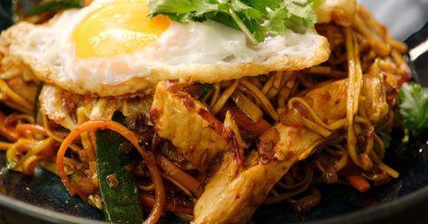 Mie goreng ayam is een traditioneel Indonesisch gerecht met gebakken (goreng) noedels (mie) en kip (ayam). Jeroen wokt kipfilet met een heleboel groenten en noedels. Hij geeft er een krokant gebakken spiegelei bij. Door de sambal oelek en ketjap manis krijgt het gerecht zijn originele smaak. Snel klaar, gezond en lekker.