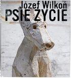 Tego jeszcze nie było! Autorska książka Józefa Wilkonia zilustrowana rzeźbami psów. Józef Wilkoń od lat maluje i rzeźbi zwierzęta. W swych pracach świetnie potrafi uchwycić ich naturę. Książka Psie życie jest bardzo osobista. To wzruszający monolog psa, zilustrowany charakterystycznymi rzeźbami Wilkonia. Widzimy psy różnych ras, jamniki, wilczury, sznaucery i kundelki. Mimo że wyrzeźbione są w drewnie, patrzą na nas jak żywe.