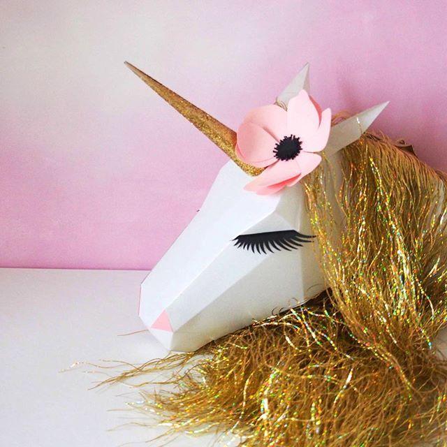 En faisant le tour du marché de Noël de Strasbourg, je n'ai pas arrêté de croiser des chalets qui vendent ces fameuses guirlandes à franges que j'ai eu tant de mal à retrouver la saison dernière. Du coup, je me suis remise à faire des licornes, voici la dernière pour ma fille, en rose et doré Bonne fin dimanche ! . . #licorne #papercraft #paperaddict #deco #fete #vaisselle #kids #anniversaire #birthday #sweettable #decoration