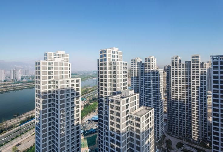 located on an undeveloped plot on the outskirts of taiyuan, the 'river heights residences' house 10,000 people within a dense urban environment.