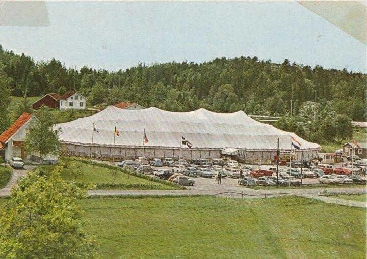 Teltvarehuset på Svensk side, startet i 1958 og stengte i 2001. Rema 1000 bygde ny butikk på tomta, lenger bak der hvor veteranen (gammel hot rod på taket) er i dag lå det en bilskrot i gamle dager. i forkant på bilde ble det etter hvert en campingplass
