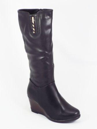 Cizme dama negre ortopedice toc 7,5 cm Lorra  Acest model de cizme dama negre ortopedice este confectionat din piele ecologica de calitate premium. De asemenea, accesoriul auriu din patea superioara,confera autenticitate si totodata eleganta. Tocul este de aproximativ 7,5cm iar talpa e