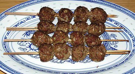 Kofta zijn kruidige licht pittige gehaktballetjes van rund of lam. Dit gerecht is uitstekend geschikt voor de barbecue. De kofta smaakt licht pittig, net genoeg om de tong te laten tintelen. Bereid door de Happy Chief Cook. Een gerecht uit Marokko.