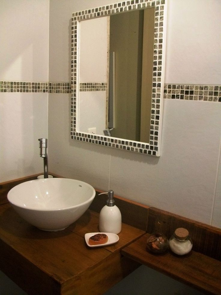 Banheiro pia com madeira de demolição, espelho com pastilhas iguais à da par -> Banheiro Com Pastilha Em Volta Do Espelho