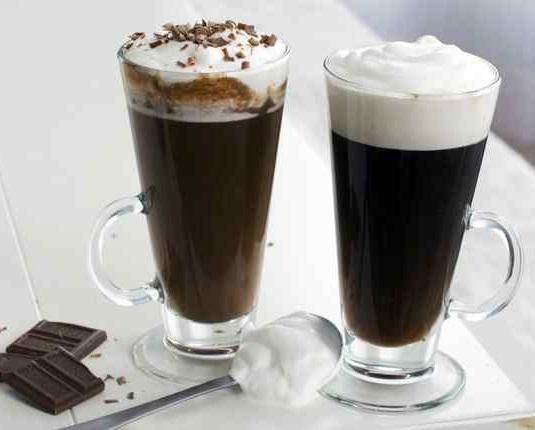Cómo hacer un café irlandés. El café irlandés es una variedad del café tradicional que se ha hecho famosa en todo el mundo. Se trata de una bebida caliente elaborada a base de café cargado, azúcar, whisky irlandés y nata semimont...