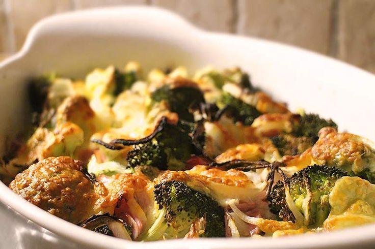 Ein einfaches und schnelles Low Carb Rezept für jeden Tag. Auflauf mit Brokkoli, Zwiebel, Kochschinken und Ei. Mit Mozzarella überbacken.