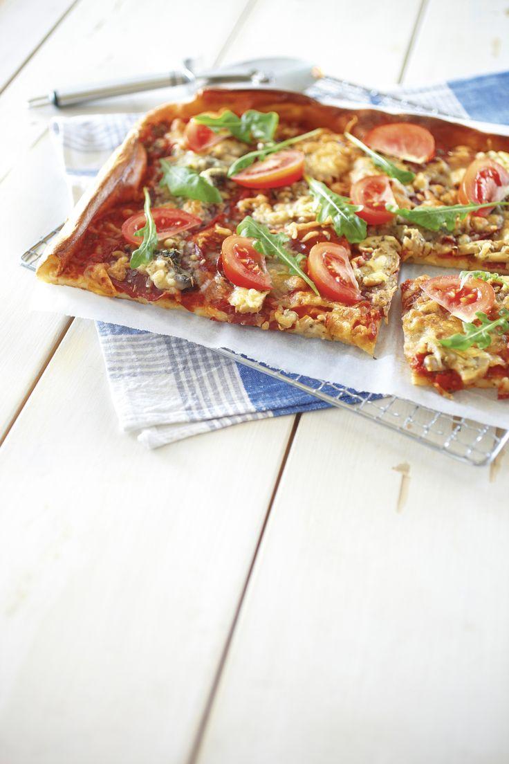 Tosi helppo arkiruoka tai tarjottava syntyy yhdistämäällä pizzan täytteet ja pannariin. Täytteet lisätään pannukakun päälle ennen paistamista.