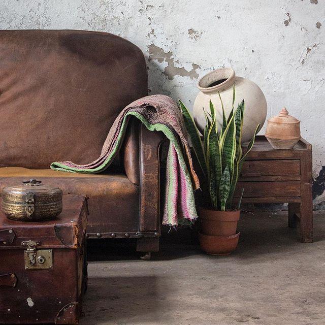 Side table styling. #scaramanga #myscaramanga #vintagestyle #vintagefinds #vintageshop #vintagefurniture #styling #decor #interiors #interiorsinspo #homedecor #shabbychic #furniture #homestyle #boho #bohodecor #kantha