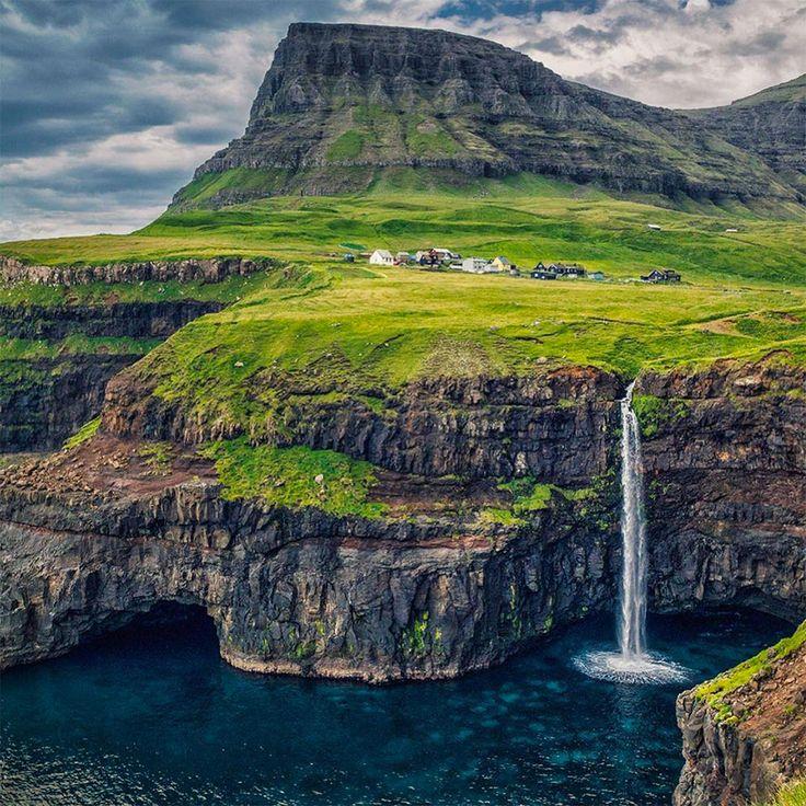Les îles Féroé sont un territoire où la nature est reine. A mi-chemin entre l'Ecosse et l'Islande, l'archipel est réputé pour ses falaises immenses, mais aussi pour la verdure de ses paysages due à la pluie qui s'y abat envir...