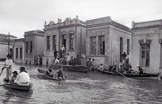 Uma foto da enchente de 1929 na Rua Iguatemi no Bairro do Itaim Bibi em São…