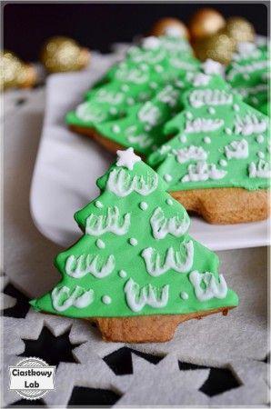Zielone choineczki ze śniegową pierzynką