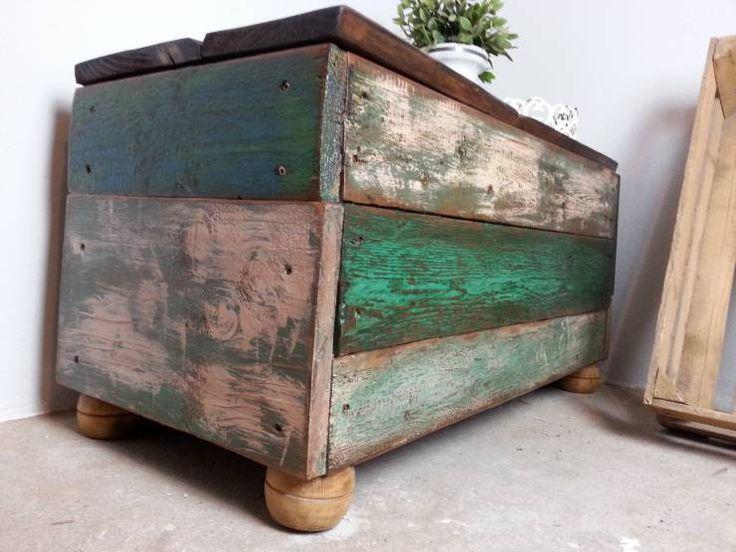 eine wirklich coole truhe aus alten planken zusammengezimmert landhaus wohnzimmer von livinxsten