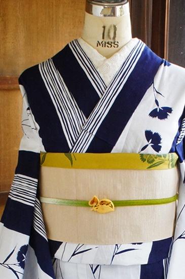 清々しい白の地に、濃紺の縞と、楚々とした風情ただよう撫子の花が染め出された注染レトロ浴衣です。
