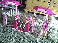 Pferd mit Barbie und Pferdezaun