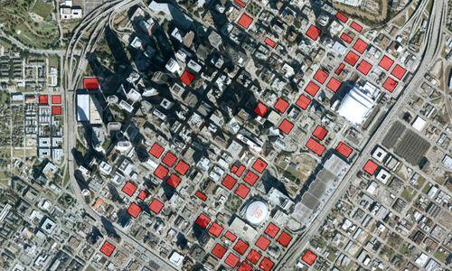 Espacios vacíos en el downtown de Houston. Cada persona necesita varias plazas de aparcamiento en varios lugares de la ciudad. Sumando los radios de giro y tránsito, resulta en una superficie muy elevada. Es mayor la superficie por vehículo que por empleado en un edificio de oficinas. Houston cuenta con 30 plazas de aparcamiento por habitante. El bajo precio del suelo hace que compense el aparcamiento en superficie, no subterráneo.