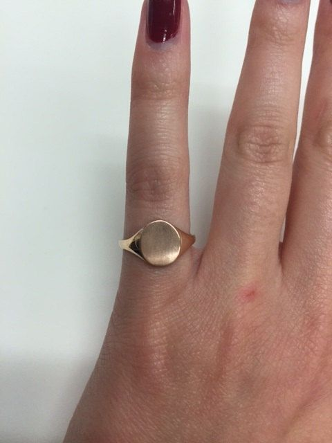 Ladies signet ring in 14kt rose gold measuring in 10.0x8.1mm. This signet ring shaped like an oval is perfect for a single initial but can…