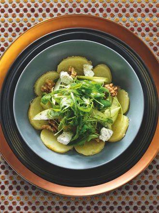Insalata di patate con rucola, mele verdi, noci e formaggio di capra