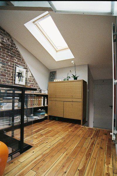 a l tage en soupente le palier qui dessert les chambres sert aussi de zone de rangement. Black Bedroom Furniture Sets. Home Design Ideas