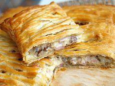 Пирог с шампиньонами, сыром и ветчиной.