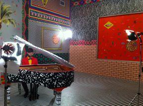 Tournage du vidéoclip de la chanson Nos joies répétitives de Pierre Lapointe dans l'installation #pizzaparty à Axenéo7 (Dominique Pétrin) -www.dominiquepetrin.com