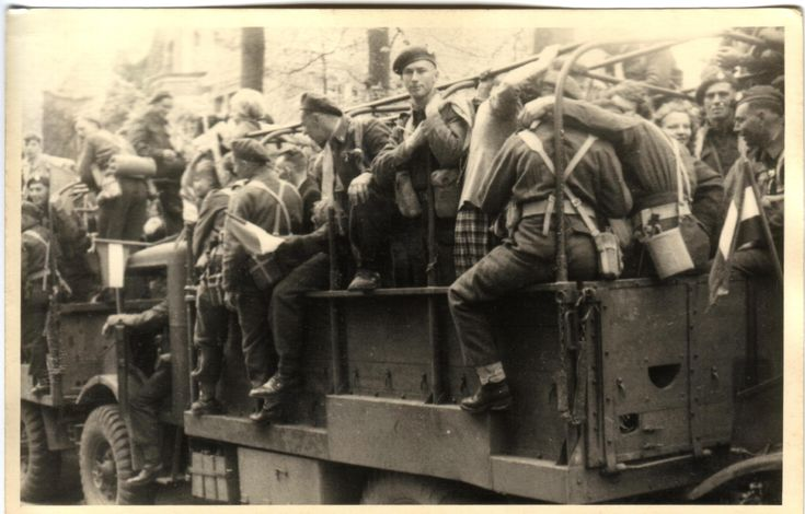 Vandaag verschenen de eerste Canadeze troepen in de gemeente Bloemendaal waar wij zolang naar hadden uitgekeken. Alle militaire voertuigen zaten vol met juichende kinderen en jongelui. Het was echter nog gevaarlijk op straat, want de Duitsers waren nog niet ontwapend. Dat gaf het gevoel nog niet echt bevrijd te zijn en voorzichtigheid werd geboden. 5