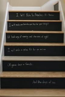 Tableaux noirs sur chaque ront de l'escalier