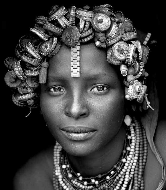 No sé si la peluca de chapas es un buen ecoinvento, pero la belleza de esta modelo etíope me parece incontestable. Échale un ojo a lo que está haciendo la tribu Daasanach.