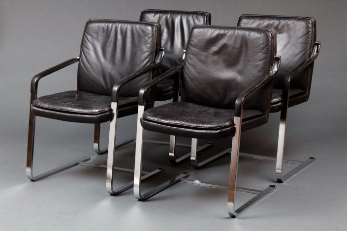 Vier Armlehnstühle, Federstahl, verchromt und schwarzes Leder, 20. Jahrhundert