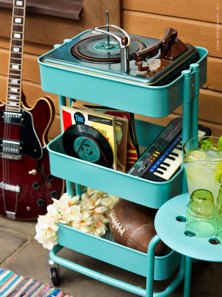 Games, instruments and music suits a rockabilly party inspired by the 50s.