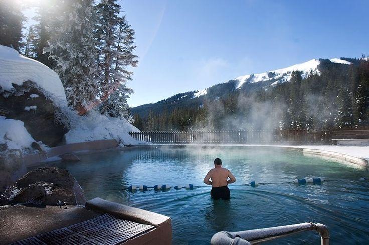 Jackson (Estados Unidos): No estado americano de Wyoming, ao sul de Jackson, estão as Montanhas Gros Ventre, que abrigam a piscina de águas termais Granite. Aberta quase o ano inteiro, a piscina construída na encosta da montanha é apenas uma das atrações da região. Há esqui, trenós e motos de neve para os mais aventureiros