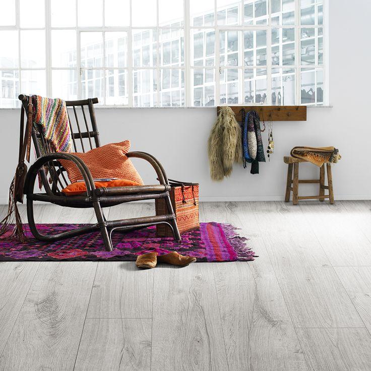 ´Nyhavn´ fra BerryAllocs Grand Avenue serie er et lyst topmoderne gulv med en lækker grålig tone, der matcher den skandinaviske boligindretning fantastisk. Gulvet har en troværdig træstruktur, så her får du et gulv, der er superlet at vedligholde, men som også har de smukke kvaliteter fra et ægte trægulv.