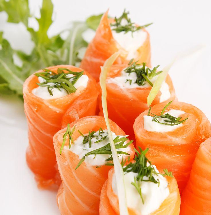 Petisco light. Troque a empadinha por entradas à base de salmão, que garantem a proteína que você precisa sem estrapolar nas calorias. Muito pelo contrário!