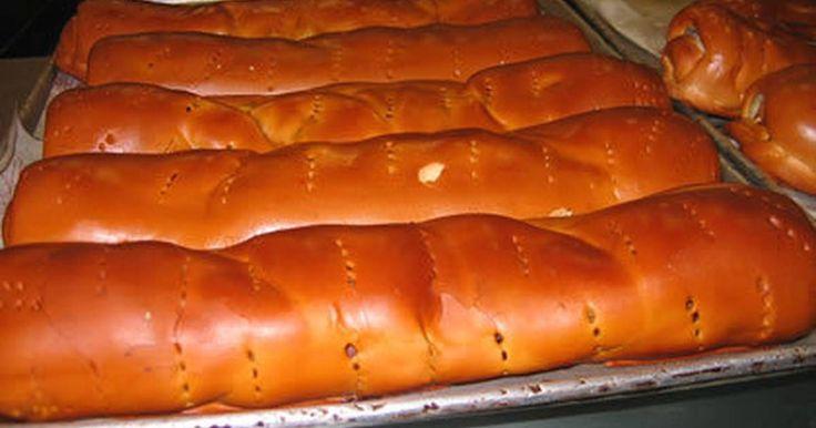 Fabulosa receta para Pan de jamón Venezuela. Reseña Histórica:   Mi primo Andrés Suarez y el buen amigo Blue llamaron desde Kansas City, para pedir algunos tips de la tradicional receta del Pan de Jamón Venezolano; aprovechando estas fechas, esta semana se la publicamos como obsequio de estas navidades.   Componente obligatorio en la cena navideña Venezolana. Se trata de una masa fermentada de trigo, rellena de jamón, aceitunas, tocineta (bacón) y pasas, que se consume en toda Venezuela…
