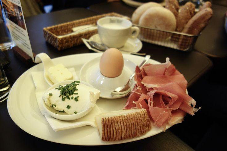 prosciutto, soft boiled egg, butter, cream cheese, cheese | fotocredit: robert | www.diefruehstueckerinnen.at