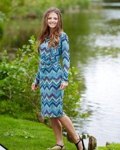 Jersey i flot zig-zag mønster Super klædelig kjole med let vandfald ved halsudskæring og drapering ved maven. Den fungerer super godt i stoffer med stræk. Viscose jersey med et flot ziz-zag mønster i et skønne farver egner sig godt til det enkle snit. - stof2000.dk